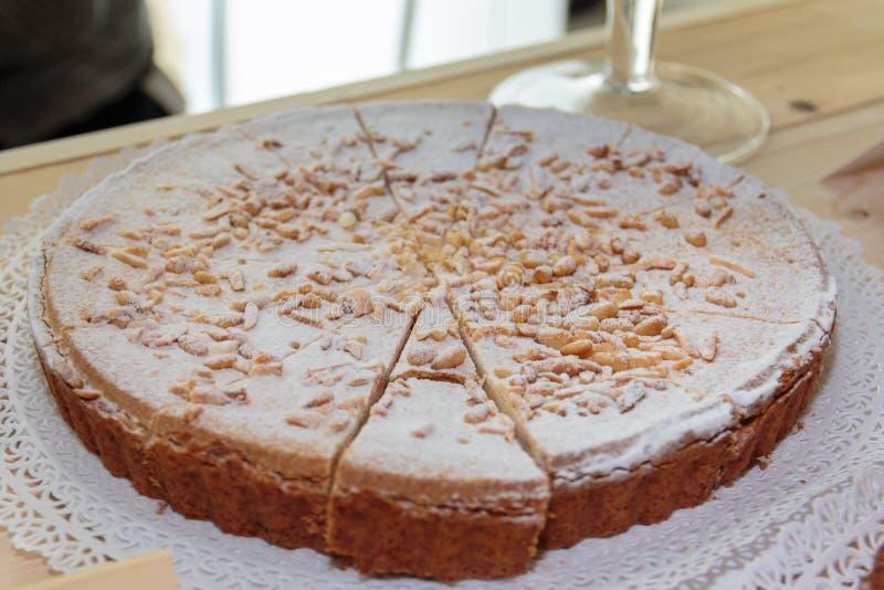 Итальянский Cream торт с напудренной гайкой сахара и сосны стоковые изображения