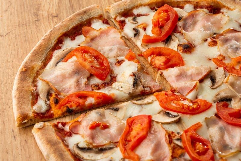 Итальянским очень вкусным свежим горячим пицца испеченная смешиванием стоковая фотография rf