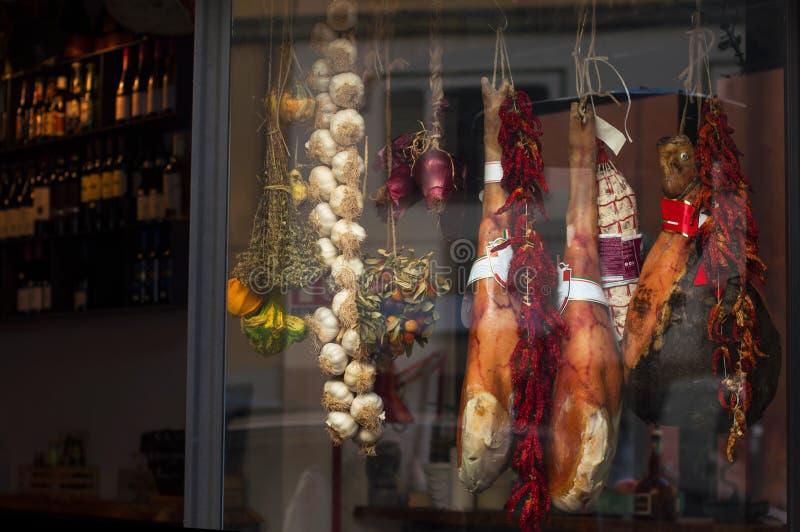 Итальянское классическое мясо мясо в окне магазина отрывисто варящ высушенные легкие делают овощи счет стоковое фото