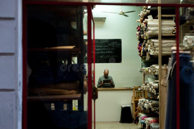 Итальянское пребывание торговца в клиентах Риме Италии 2013 ожидания магазина стоковые фотографии rf