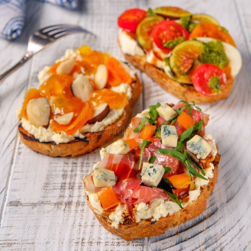 Итальянское crostini с томатом и ветчиной сыра стоковые фото