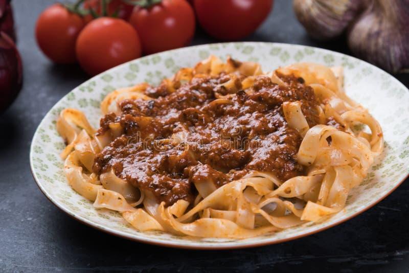 Итальянское ragu bolognese с плоскими макаронными изделиями fettuccine стоковое фото rf