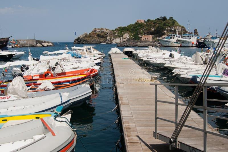 Италия Сицилия Acitrezza Остров Lachea гавани стоковая фотография