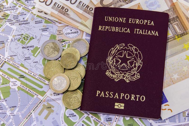 Итальянка пасспорта денег и карта Рима стоковые изображения rf