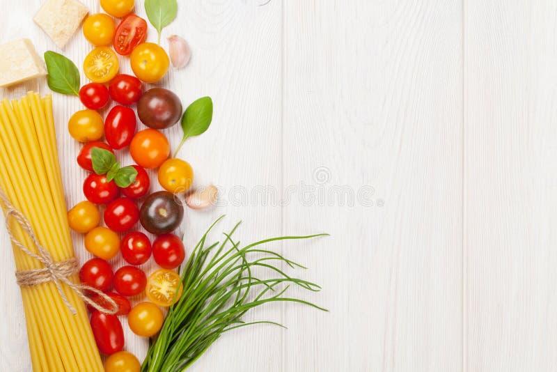 Итальянская еда варя ингридиенты Макаронные изделия, овощи, специи стоковая фотография rf