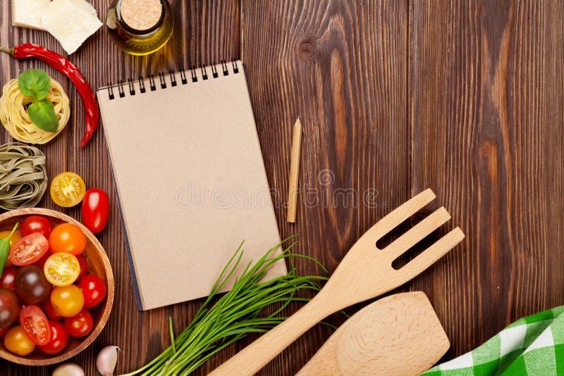 Итальянская еда варя ингридиенты Макаронные изделия, овощи, специи стоковые изображения rf