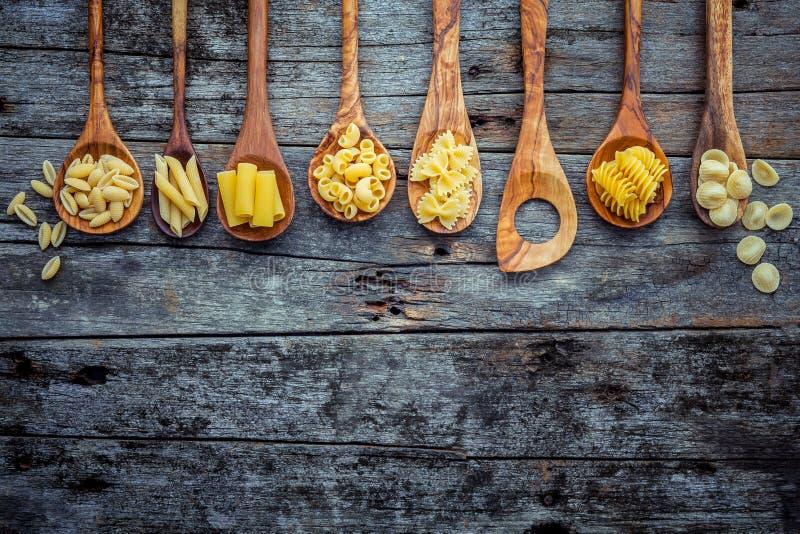 Итальянская еда концепция и дизайн меню Различный вид макаронных изделий далеко стоковое изображение rf