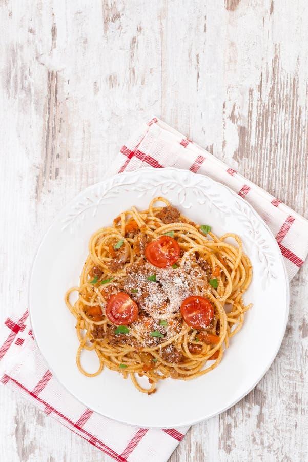 Итальянская еда - спагетти bolognese, взгляд сверху стоковая фотография rf