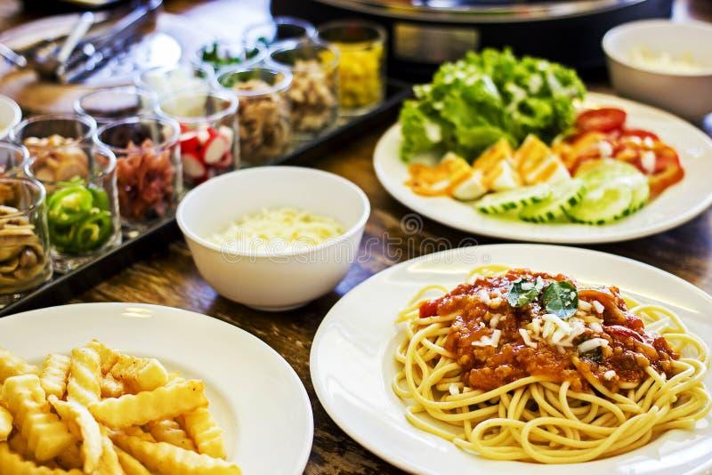 Итальянская еда - спагетти bolognese с различными ингридиентами стоковая фотография rf