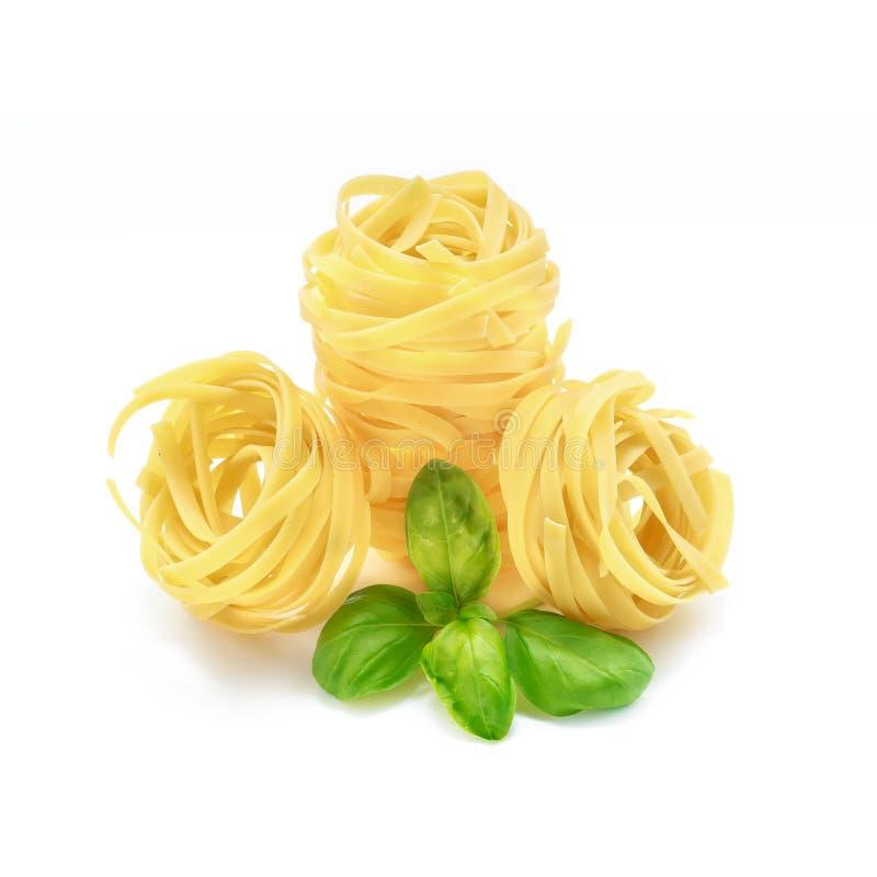 Итальянские макаронные изделия с базиликом на белой предпосылке стоковое изображение rf