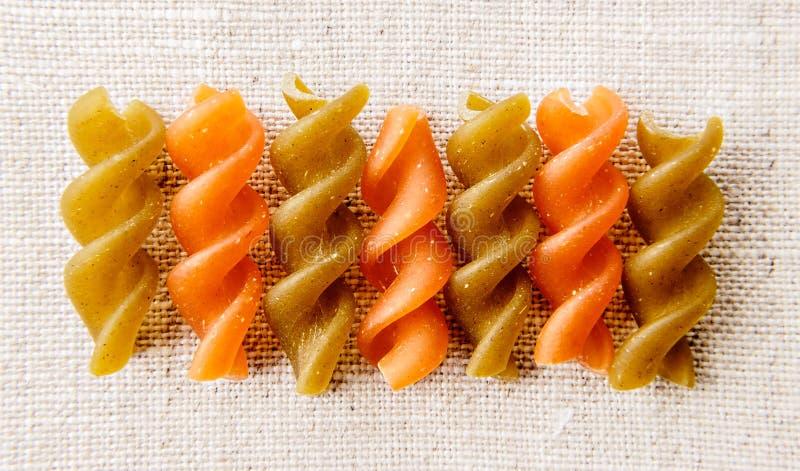 Итальянские макаронные изделия Fusilli uncook стоковая фотография