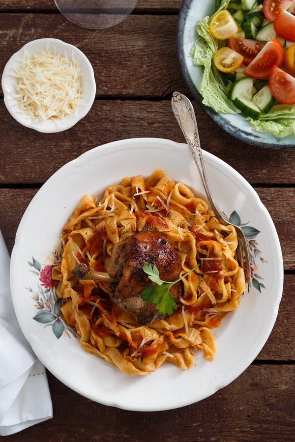 Итальянские домодельные макаронные изделия, pappardelle с томатным соусом и braised кролик, конец-вверх взгляд сверху стоковое фото rf