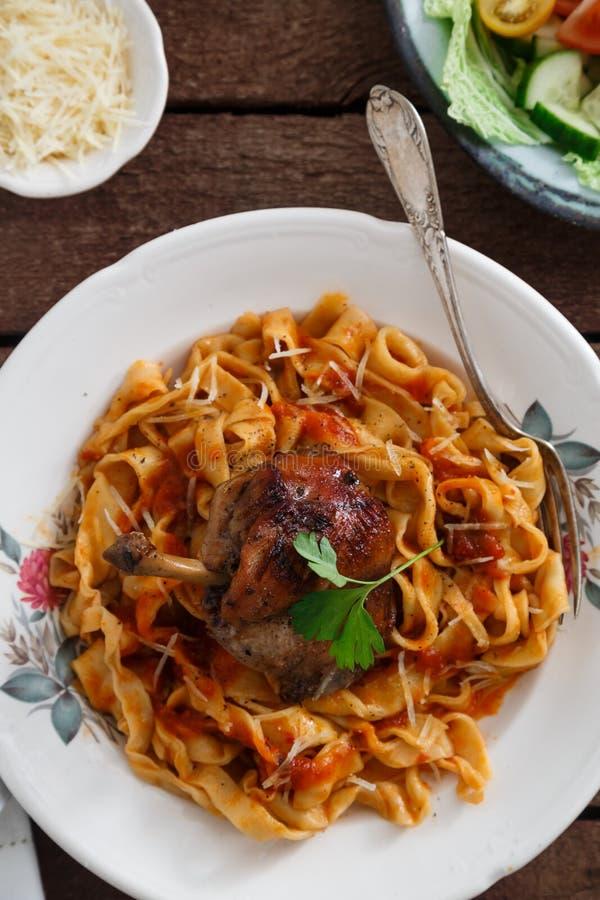 Итальянские домодельные макаронные изделия, pappardelle с томатным соусом и braised кролик, конец-вверх взгляд сверху стоковое изображение rf