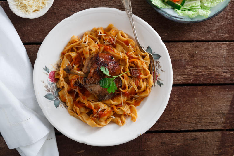 Итальянские домодельные макаронные изделия, pappardelle с томатным соусом и braised кролик, конец-вверх взгляд сверху стоковая фотография rf
