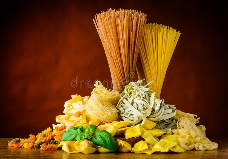 Итальянские типы макаронных изделий стоковые фото