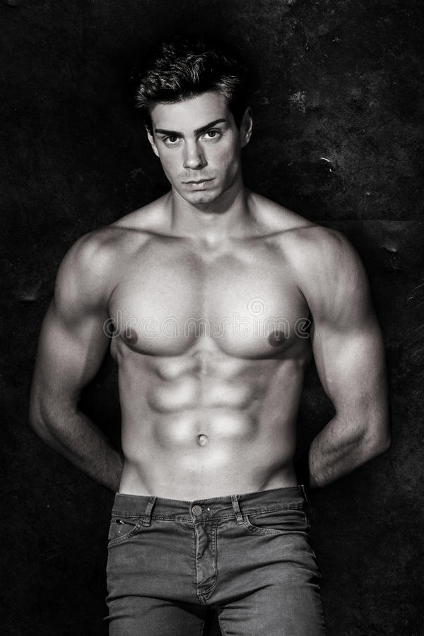 Итальянский модельный мышечный человек портрет обнажённого черная белизна стоковое фото rf