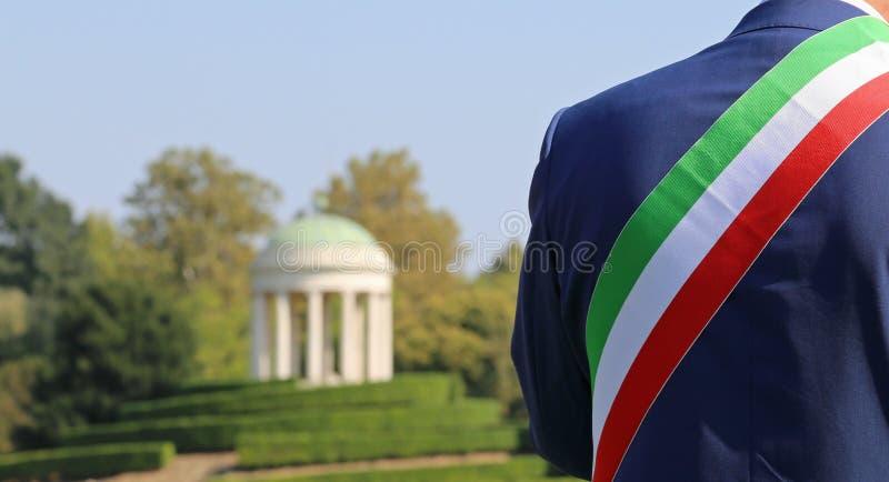 Итальянский мэр с tricolor флагом стоковое фото rf