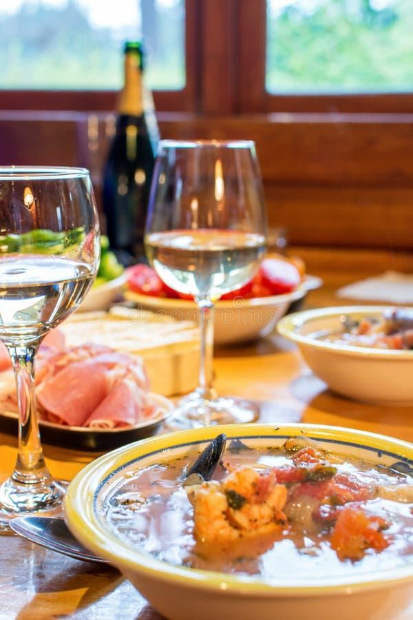 Итальянский обедающий с морепродуктами стоковые фотографии rf