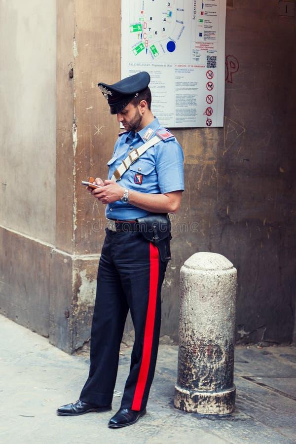 Итальянский полицейский стоя на улице стоковые фото