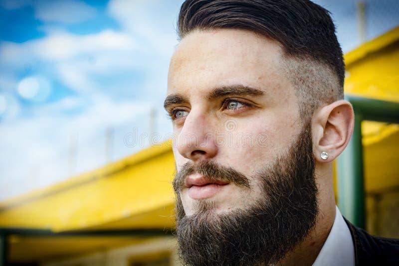 Итальянский сексуальный человек - мальчик с длинной бородой гангстера стоковая фотография