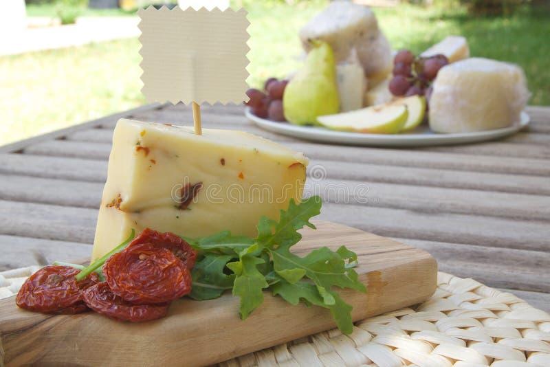 Итальянский сыр овец - pecorino с rucola и солнц-высушенными томатами стоковое фото