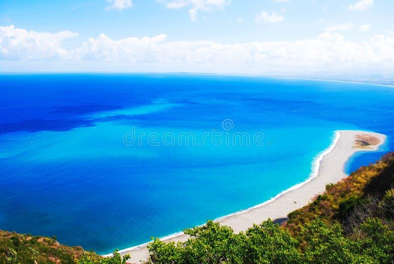 Итальянское море на скалах Сицилии стоковое изображение rf