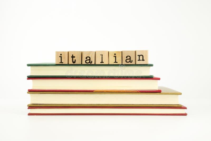 Итальянское слово языка на штемпелях и книгах древесины стоковое изображение rf