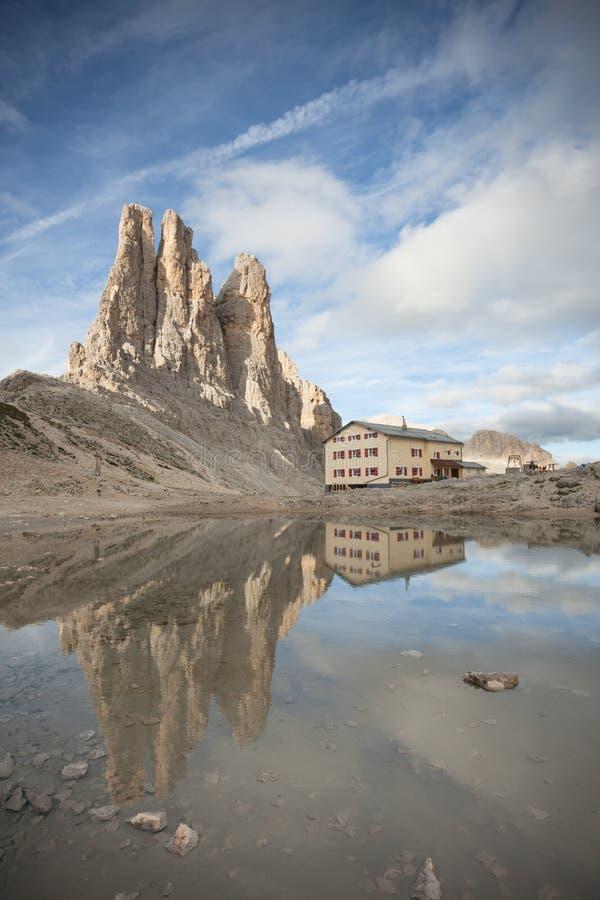 Итальянское убежище отражает над маленьким озером рядом с башнями Vajolet стоковое изображение rf