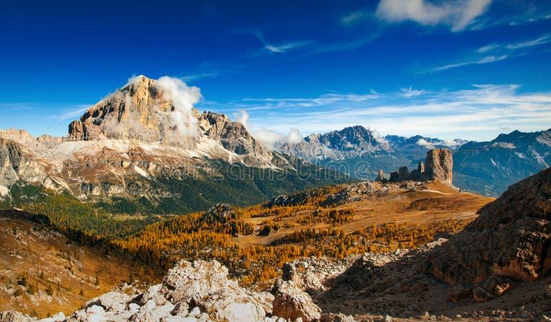 Download Итальянское Dolomiti - горы Ofhigh панорамного взгляда Стоковое Фото - изображение насчитывающей горы, померанцово: 33730944