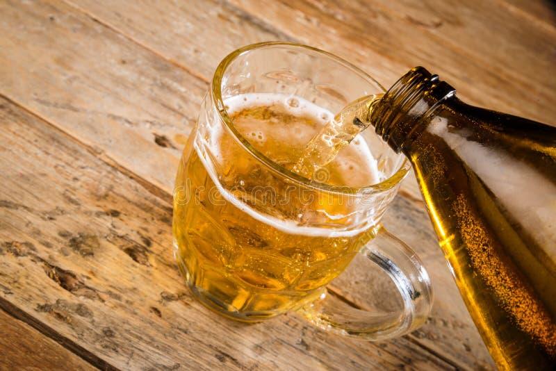 лить пива стоковые фотографии rf