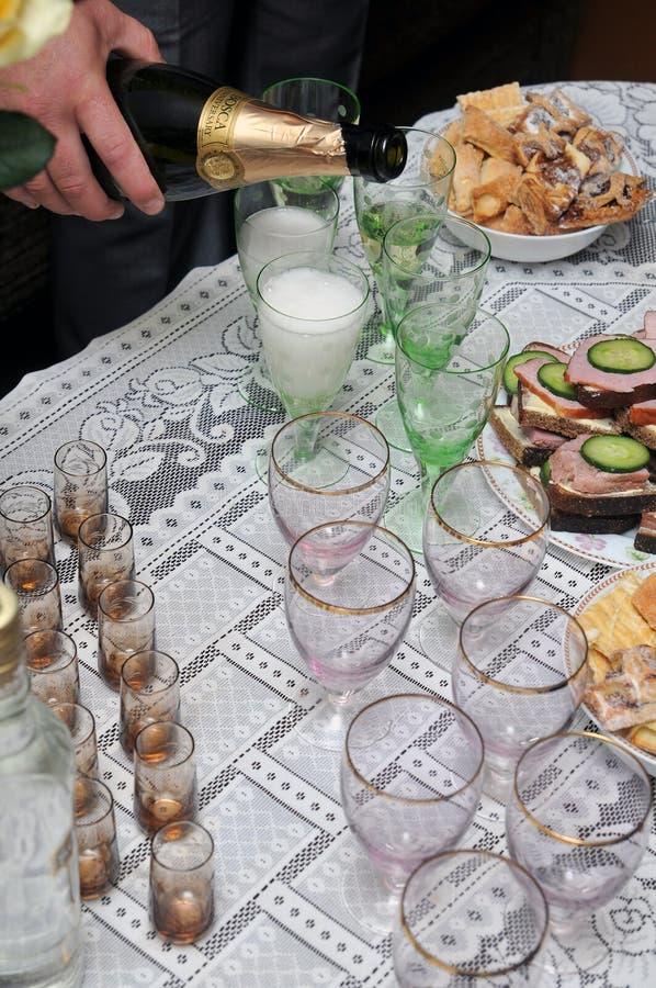лить шампанского стоковые фотографии rf