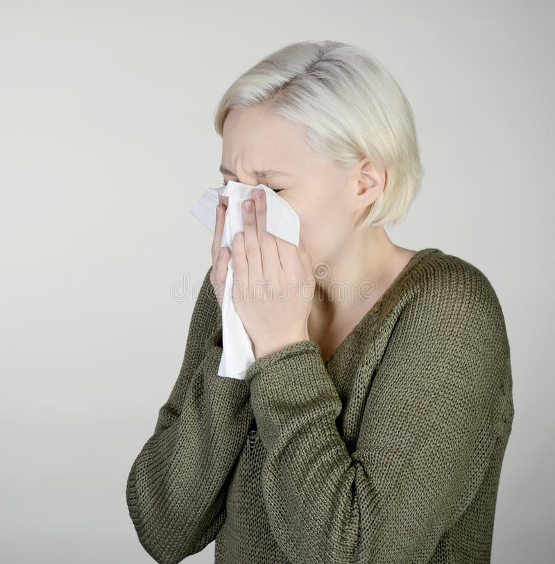 лихорадка имеет женщину сена стоковая фотография rf