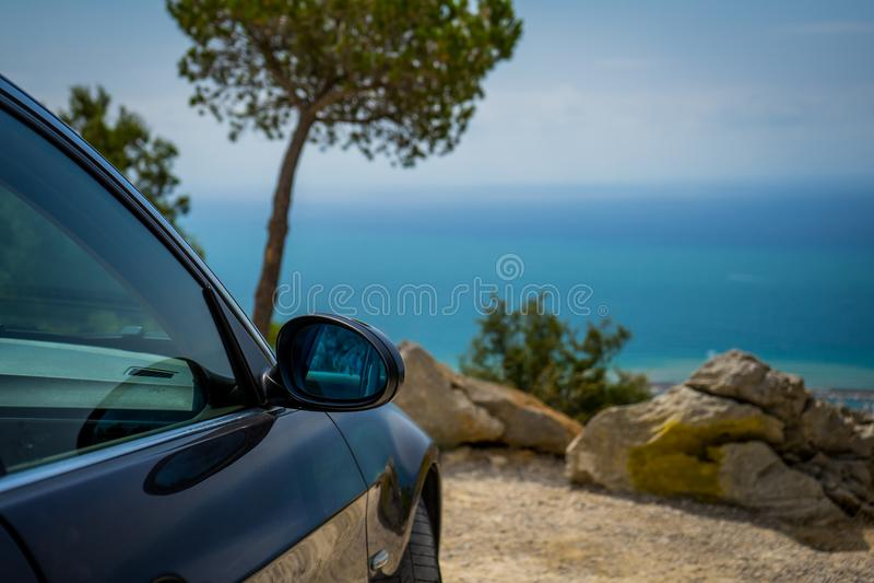 ИЮЛЬ 2018: Графит серии E90 330i BMW 3 сверкная на дороге горы стоковые изображения rf