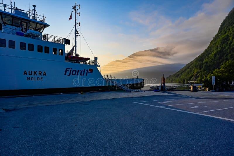 12 июля 2019 года паром в Идсдал-Харбор Норвегия рано утром стоковое изображение rf