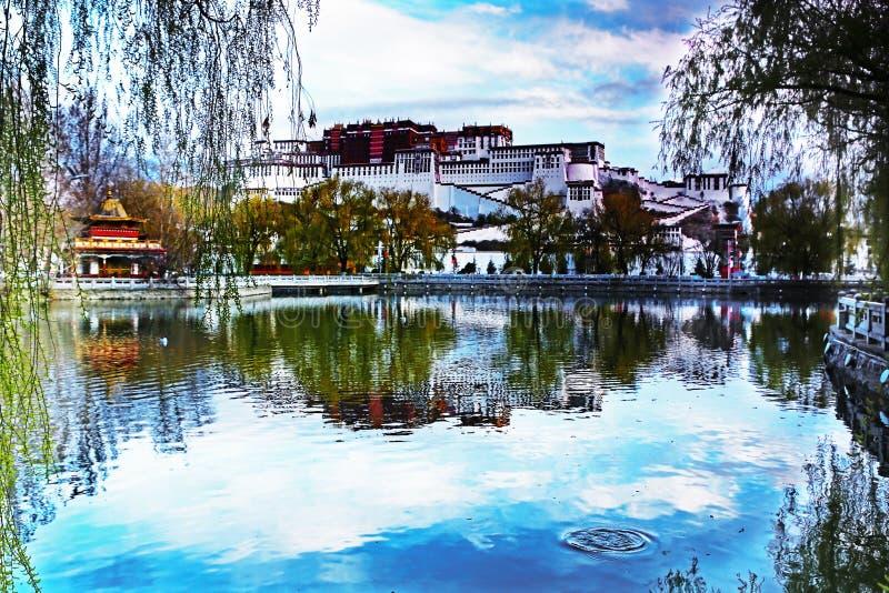 И дворец Potala в Лхасе, Тибете стоковая фотография rf