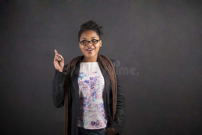 Идея африканской женщины хорошая на предпосылке классн классного стоковое фото rf