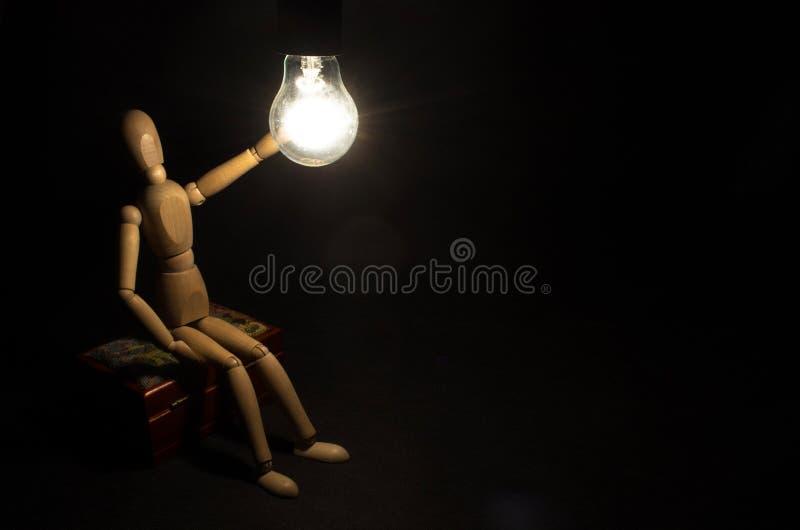 идея принципиальной схемы новая Диаграмма человека деревянная и светлый электрический шарик стоковое фото rf