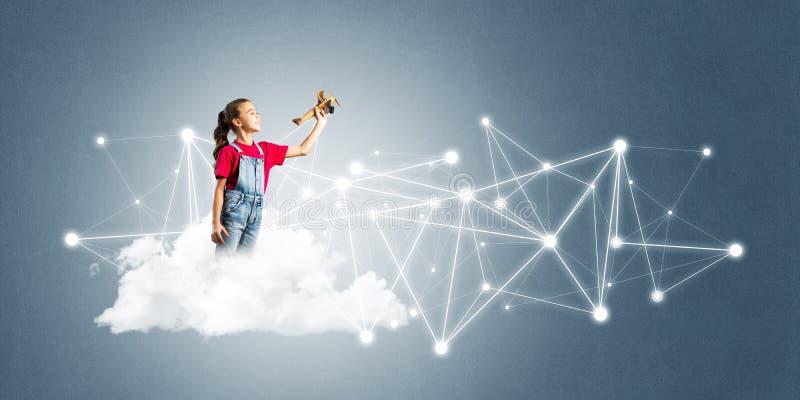 Идея связи интернета детей или онлайн играть и родительского управления стоковые изображения rf