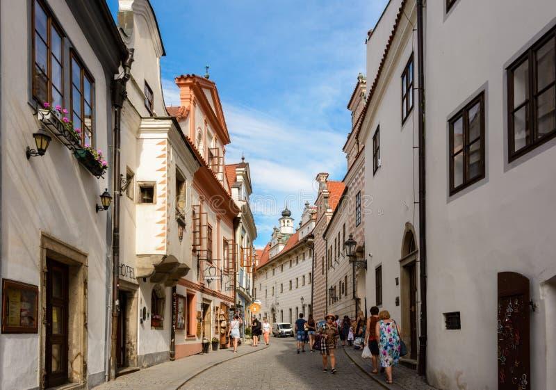 Идите вдоль улицы на солнечный день в Cesky Krumlov стоковое фото