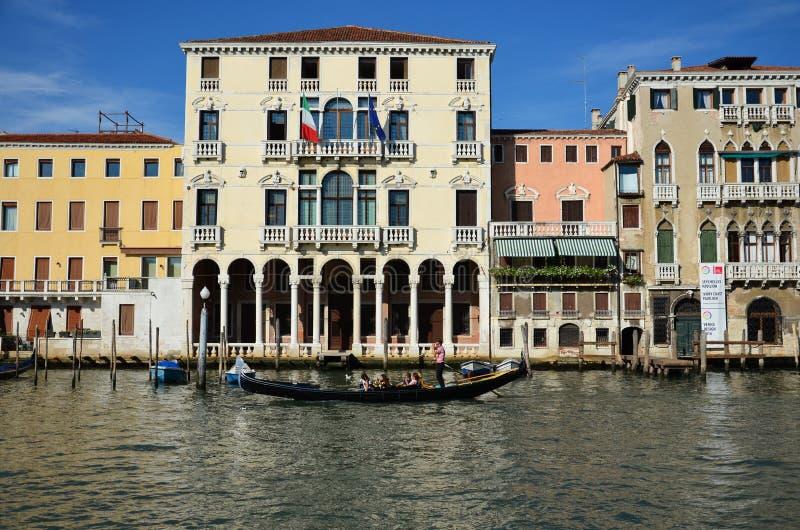 Идите на гондолу на канале в Венеции стоковые фотографии rf