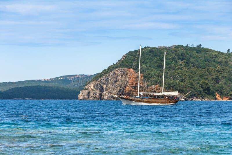 Идите на красивую яхту в море и осмотрите на budva riviera от острова Sveti Nikola в летнем времени Черногория стоковое фото