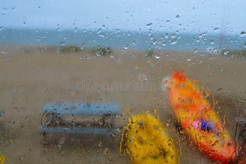 Идите дождь падения накапайте вниз с окна хаты пляжа стоковое изображение rf