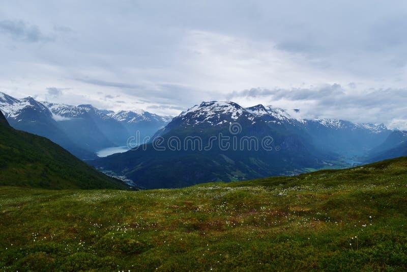Идилличная горная цепь с чисто озером фьорда, в Норвегии стоковое изображение rf