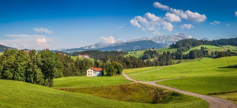 Идилличный ландшафт в Альпах, Appenzellerland, Швейцария стоковые фото