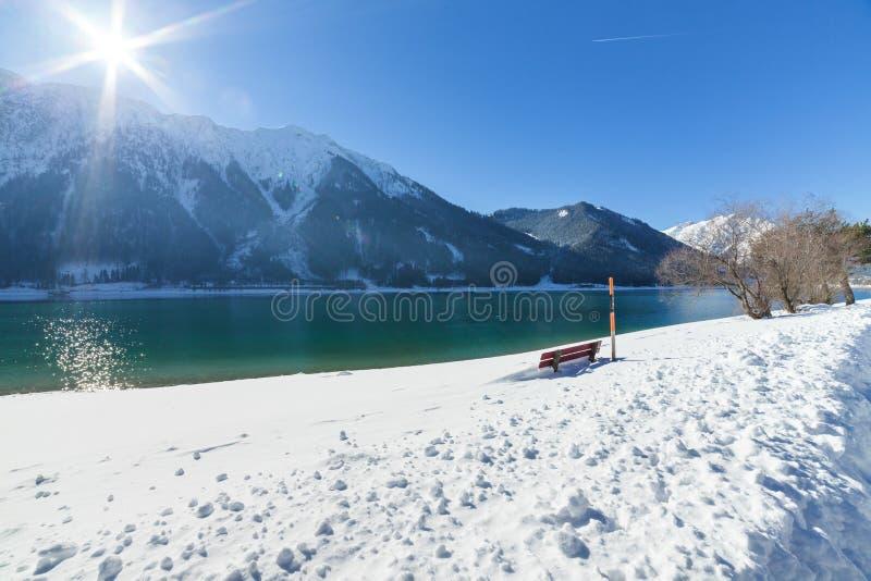 Идилличный ландшафт зимы горы на солнечный день стоковое изображение rf