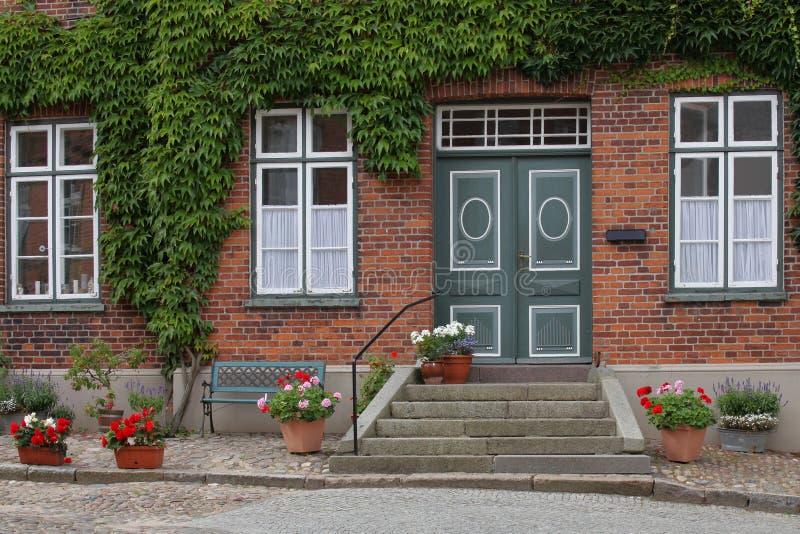 Download Идилличный жилой дом в маленьком городе Стоковое Изображение - изображение насчитывающей идиллия, парк: 33733057