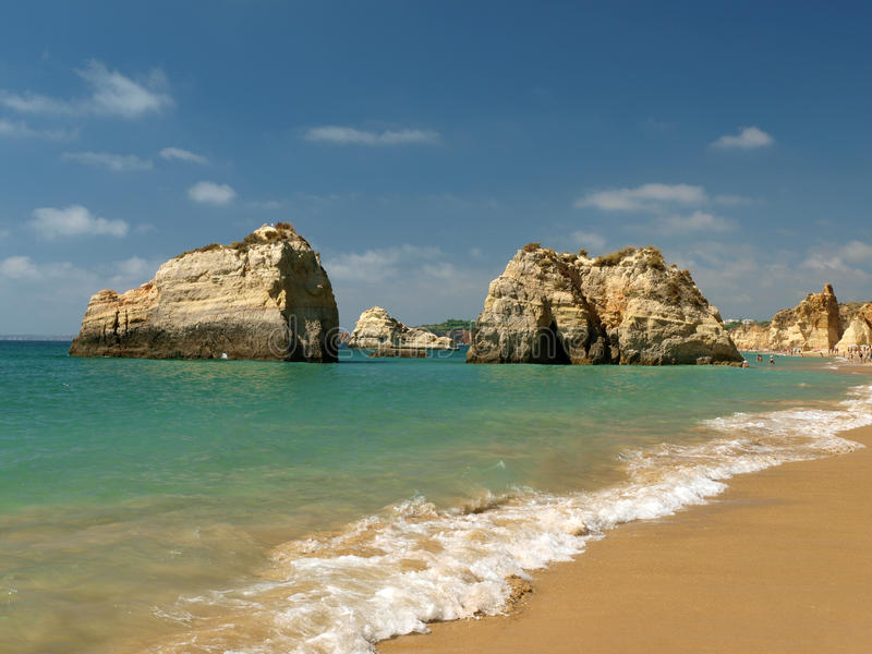 Идилличный пляж Прая de Rocha на области Алгарве. стоковое изображение rf