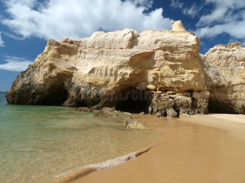 Идилличный пляж Прая de Rocha на области Алгарве. стоковые изображения