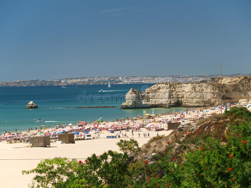 Идилличный пляж Прая de Rocha на области Алгарве. стоковые фото