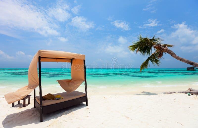 Идилличный тропический пляж на Мальдивах стоковые изображения